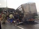 Hải Dương: Hai xe tải đâm nhau trên cầu, bốc cháy dữ dội