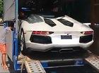Xem siêu xe Lamborghini Aventador mui trần vất vả xuống xe chuyên dụng tại Hà Nội