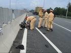 Bị rượt đuổi, 2 thanh niên chạy xe máy lên cao tốc gặp nạn