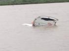 Taxi bị nước lũ cuốn trôi, tài xế đạp cửa bơi ra ngoài thoát chết trong gang tấc