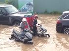 TP.HCM: Sáng nay, xe máy, ô tô vẫn bơi trên đường