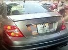Chủ xe Mercedes vật lộn với kẻ trộm gương trên phố