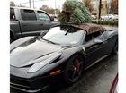 Choáng với màn vận chuyển cây Giáng sinh bằng siêu xe Ferrari 458 Italia