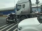 Va chạm với xe tải bên ngoài sân bay Nội Bài, Mazda3 nát bét đuôi