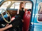 Cô nàng kiêu sa bên chiếc ô tô cổ điển