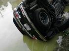 """""""Thánh lật"""" Toyota Fortuner """"nằm ngả lưng"""" dưới ao trong ngày mùng 4 Tết"""