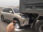 """""""Chuyên cơ mặt đất"""" Lexus LX570 giá hơn 8 tỷ Đồng rúc đầu và đuôi xe tải"""