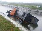 Hải Dương: Container và xe máy lao xuống sông, 2 người tử vong