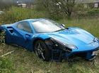 Ferrari 488 Spider màu xanh dương giống xe ở Việt Nam bị bỏ rơi giữa cánh đồng