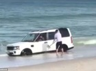 Đỗ trên bờ biển, SUV hạng sang Land Rover suýt bị sóng nhấn chìm