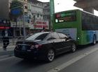 Ô tô biển xanh húc vào đuôi xe buýt nhanh BRT tại Hà Nội