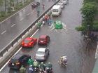 Đường phố Hà Nội ngập sâu, siêu xe Ferrari F12 Berlinetta dừng chân giữa phố