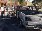 Sau tiếng nổ lớn, ô tô bán tải đậu trước VKS cháy dữ dội