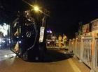 Bảo vệ dân phố bị tông nhập viện khi phân luồng lật xe