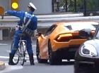 Nhật Bản: Cảnh sát giao thông đạp xe đuổi theo Lamborghini, quỳ xuống ghi vé phạt giữa đường