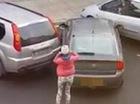 3 phút đỗ xe bất thành, người phụ nữ bất lực bỏ đi