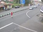 """""""Cô gái quàng khăn đỏ"""" qua đường gây tai nạn liên hoàn"""
