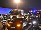 """Tesla Model S """"dìu"""" Volkswagen mất kiểm soát, thoát tai nạn thảm khốc"""
