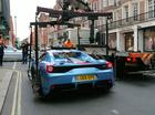 Ferrari 458 Speciale Aperta bị cảnh sát cẩu đi ngay trên phố