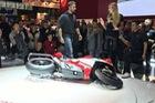 Siêu mô tô Ducati Panigale V4 dựng trên sân khấu EICMA 2017 bỗng dưng bị đổ
