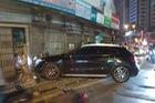 Mercedes-Benz GLA 45 AMG tông vào cửa nhà dân lúc nửa đêm