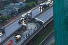 Hà Nội: Không chú ý quan sát, xe bồn đâm vào ô tô tải rồi lật chắn ngang đường cao tốc trên cao