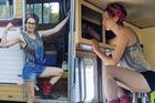 Tự tay cải tạo chiếc xe van cũ kỹ từ năm 1978 thành ngôi nhà di động, cô gái xinh đẹp này đã dùng nó chu du khắp nước Mỹ