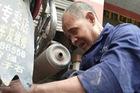 Khâm phục ông cụ mù loà kiếm sống hơn 30 năm bằng nghề sửa xe: Sờ máy, nghe pô là đoán trúng bệnh