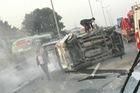 Toyota Innova gặp nạn, lật nghiêng trên cao tốc Pháp Vân - Cầu Giẽ