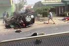 Thanh Hóa: Ford Everest va chạm với xe máy, lộn nhiều vòng và lật ngửa trên đường