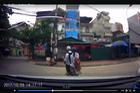 Chạy cắt mặt ô tô, 2 học sinh lao thẳng vào tường