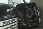 Tai nạn hy hữu: Ô tô bị kẹp dính lên chân cầu sau va chạm ở Hải Dương