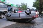 Hà Nội: Toyota Vios phóng nhanh, lạng lách, gặp nạn lộn xe như phim hành động Fast & Furious