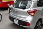 """Hà Nội: Hyundai Grand i10 bất ngờ bị bình gas """"phi như tên lửa"""" bắn thẳng xuyên kính"""