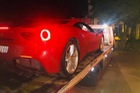 """Gặp """"đá trời"""", siêu xe Ferrari của ca sĩ Tuấn Hưng phải dừng chân nửa đêm tại Ninh Bình"""