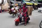 """Deadpool đang """"bon bon"""" Vespa trên phố Hà Nội bỗng chết máy, đạp mãi mới nổ"""