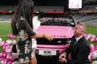 Màn cầu hôn bằng Range Rover hồng hot nhất MXH quốc tế: Ngỏ lời thẳng thắn như này thì ai cũng gật hết!