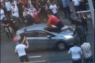 Ăn mừng chiến thắng của Anh tại World Cup, fan cuồng nhảy lên mũi xe ăn mừng, nhận cái kết đắng