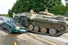 2 ông cháu may mắn thoát nạn khi xe tăng mất lái, chạy rông trên đường