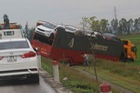 Xe đầu kéo chở 7 chiếc ô tô mới lao xuống ruộng