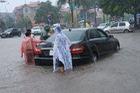 Chùm ảnh: Sau đêm mưa lớn, Hà Nội ngập bốn bề, xe cộ chết máy la liệt