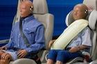 Vì sao dây an toàn của ô tô có phần bảo vệ vai mà máy bay lại không? Lời đáp khiến bạn ái ngại