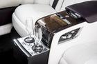 BMW mang công nghệ từ... quán bar áp dụng lên xe sang: Rót rượu từ đáy cốc