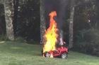 Xe điện đồ chơi trẻ em bất ngờ bốc cháy, mẹ cứu thoát 2 con nhỏ nhờ hành động nhanh trí