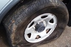 Cách xử lý khi xe ôtô bị nổ lốp