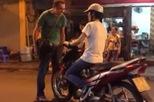 """""""Ông Tây"""" nhắc nhở dân Việt về ý thức đi xe trên phố đi bộ"""