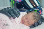 Bé sơ sinh cười khi gối đầu vào găng tay của người bố mê mô tô đã qua đời