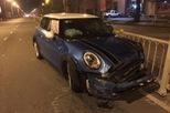 Hà Nội: Ủi bay dải phân cách trong đêm, xe tiền tỷ Mini Cooper nát đầu
