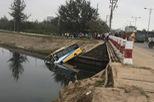 Xe buýt trợ giá bị xe ben húc xuống kênh nước ở Đà Nẵng