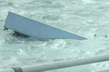 Đi qua cầu, xe container bị gió thổi rơi xuống biển, tài xế tử vong